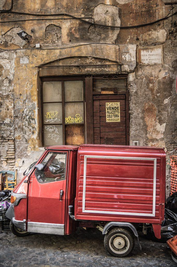 Piaggio Ape vor einer Hausfront