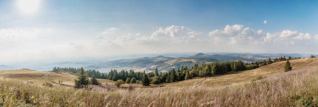 Blick von der Wasserkuppe (im hessischen Landkreis Fulda) auf die wunderschöne Rhönlandschaft